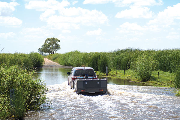 Towing -a -trailer -through -the -flooded -road