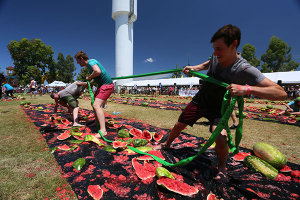 People -competing -in -the -tug -o -war -at -Chinchilla -Melon -Fest