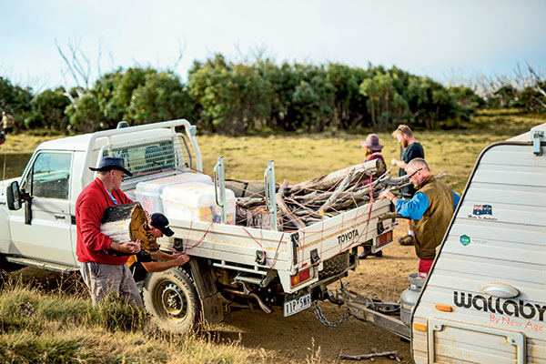 People -packing -up -the -car -with -wood