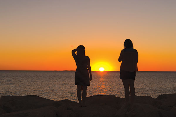 Two -women -looking -at -the -sunset -over -the -Indian -Ocean -in -Fremantle