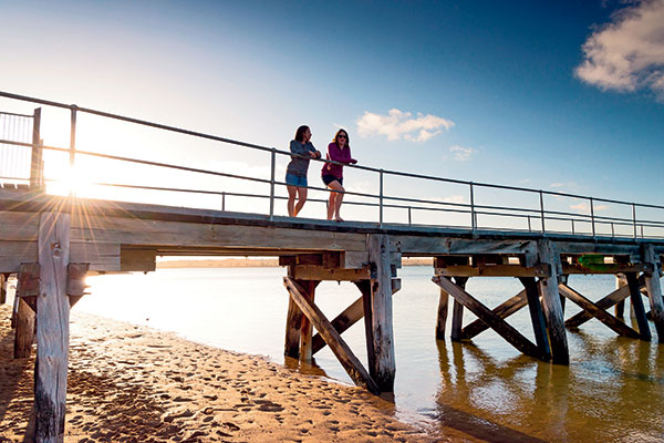 Two -women -standing -on -the -Streaky -Bay -jetty