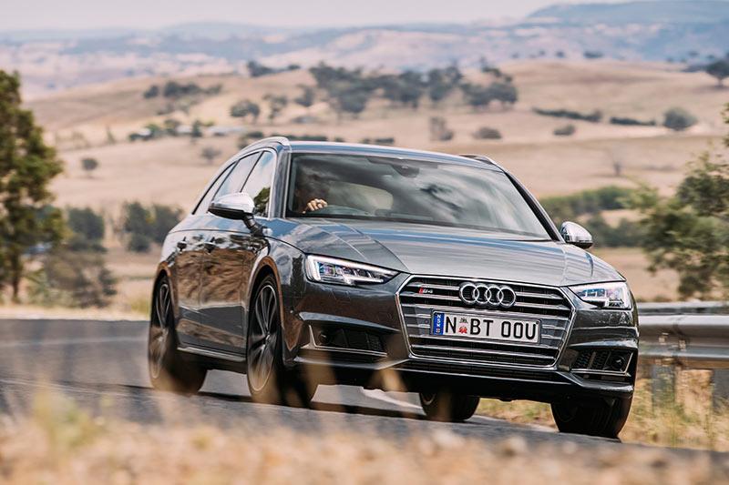 Audi -s 4-avant -onroad