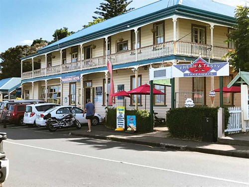 Mangonui -Hotel -welcomes -thirsty -travellers -and -their -pets!
