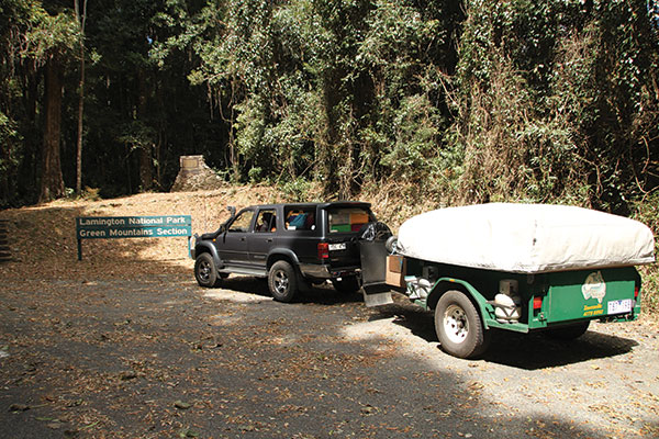 Car -towing -a -camper -trailer -at -Lamington -National -Park