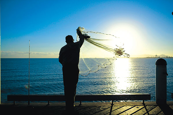 Man -fishing -and -throwing -a -fishing -net -in -Townsville -during -the -sunset