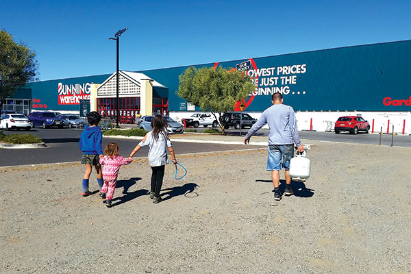 Family -walks -to -a -Bunnings -Warehouse -store