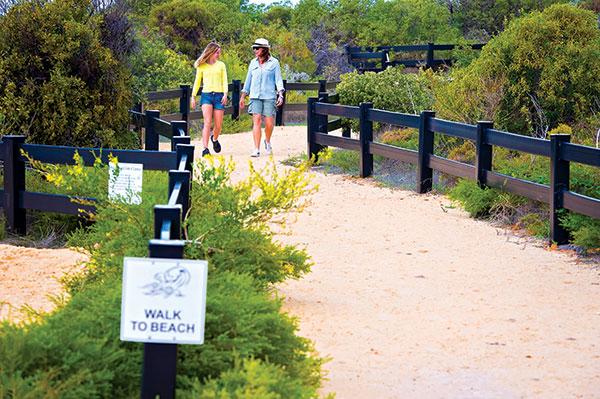 People -walking -towards -the -beach -at -Sandy -Cape