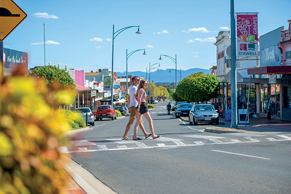 A-couple -crossing -the -street -in -Stawell -VIC