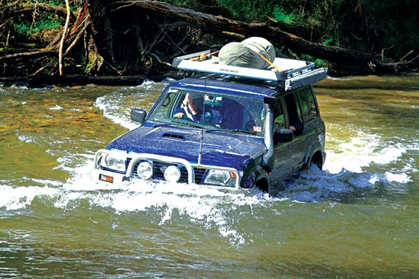 4WD-crossing -the -river -in -the -High -Country
