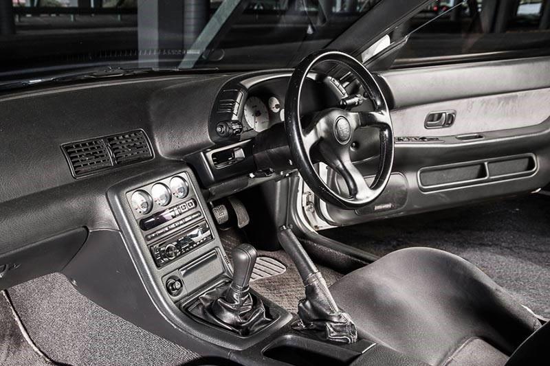 Nissan -skyline -gtr -interior -2