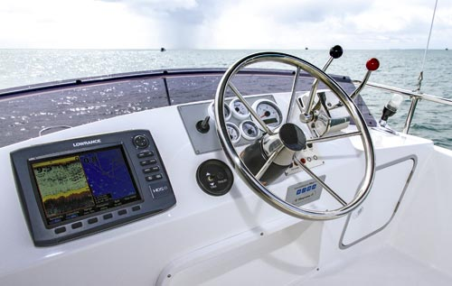 CARIBBEAN 24 FLYBRIDGE HELM