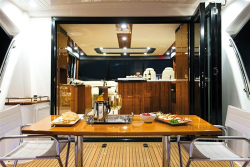 ENTERTAINING SPACE ON A MARITIMO S58