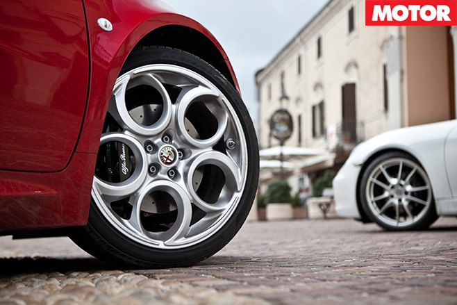 Alfa 4C vs Porsche Cayman 4