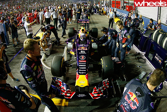 Daniel -Ricciardo -racing -Singapore -GP-team -around