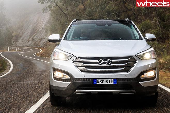 Hyundai -Santa -Fe -front -driving