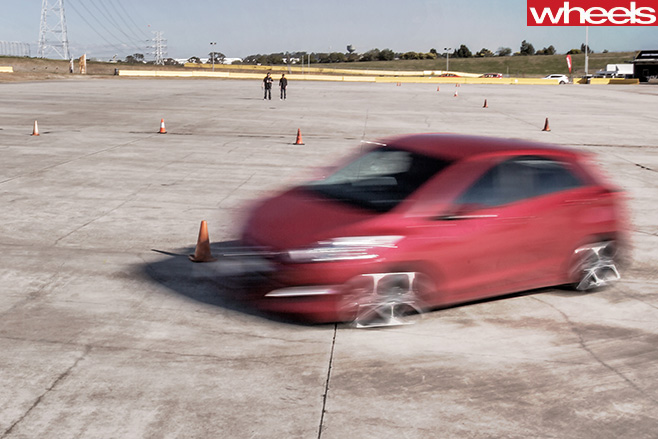 Wheels -tyre -test -car -driving -in -circle