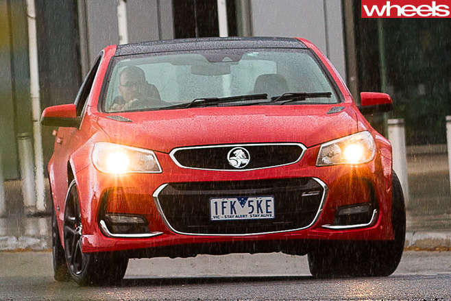 Holden -Commodore -VF-II-lights -on