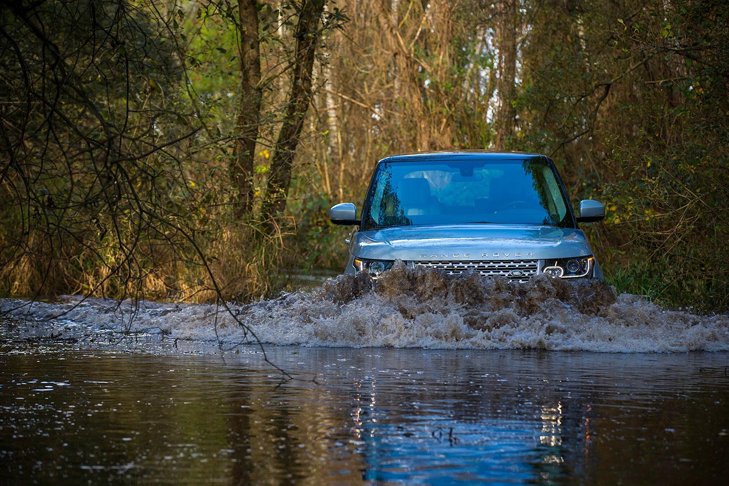 Range -Rover -SDV6-Hybrid -action