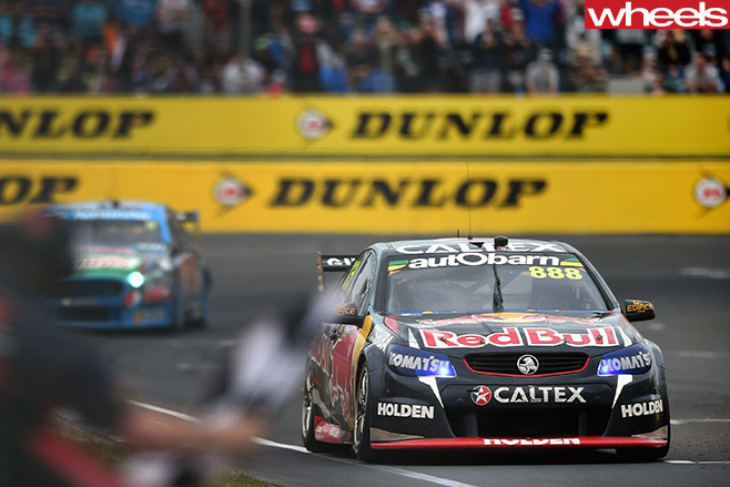 V8-Supercars -driving -front -track
