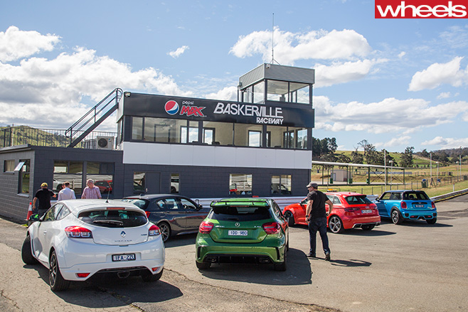 Holden -Commodore -SS-V-redline -chasing -Renault -Megane -group