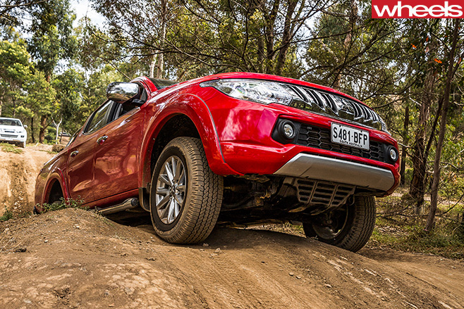 Mitsubishi -Triton -top -side -climbing
