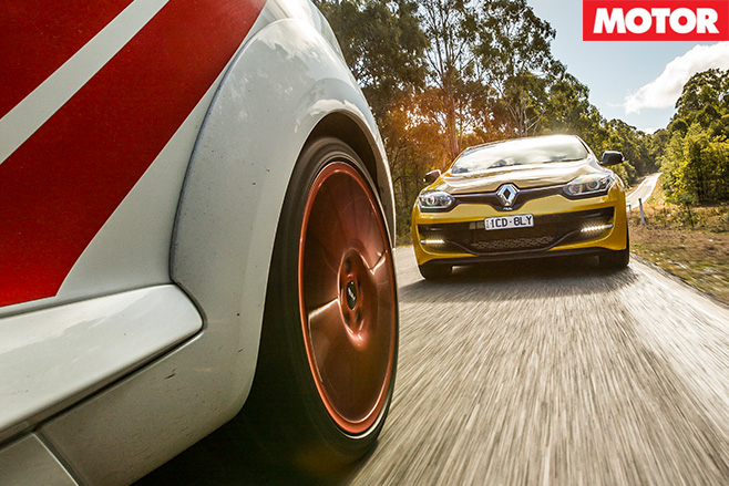 Renault Megane RS265 vs RS275 Trophy-R driving fast