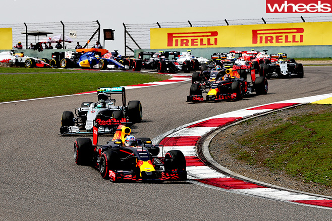 F1-cars -ricciardo -racing -around -track