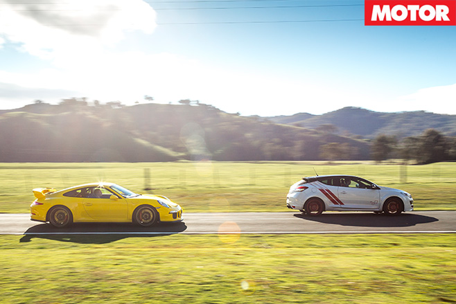 911 GT3 vs Megane Trophy-R driving side