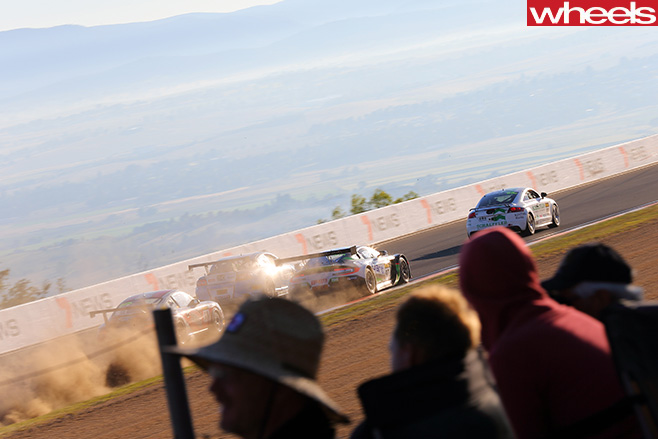 V8-Supercars -crowd -at -track
