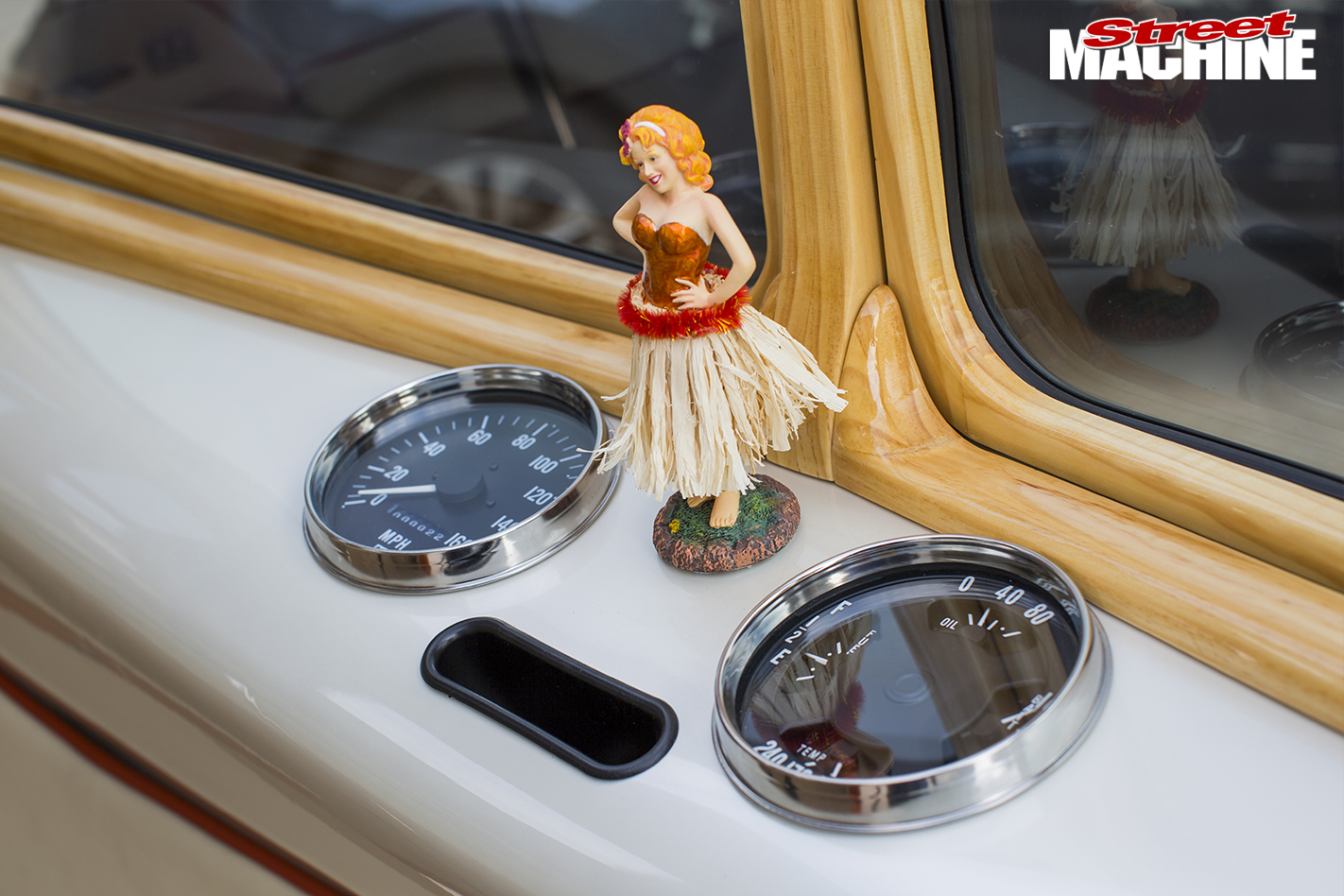 VW-Kombi -dancing -girl-