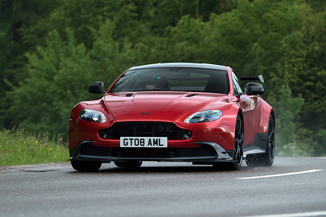 Aston -Martin -Vantage -GT8-driving