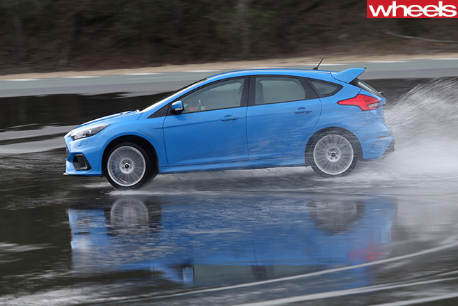 Ford -Focus -drifting -rear -wet