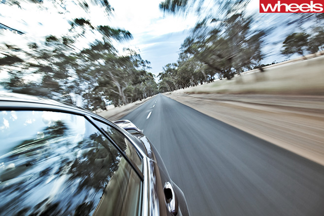 Holden -VE-Commodore -driving
