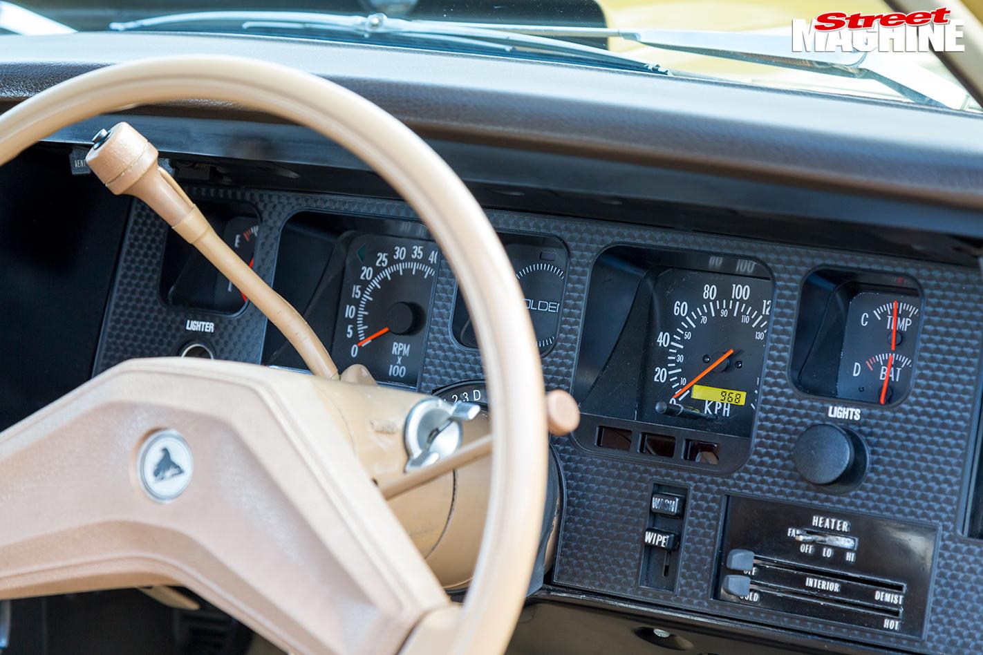 Holden -HQ-Kingswood -interior -dash