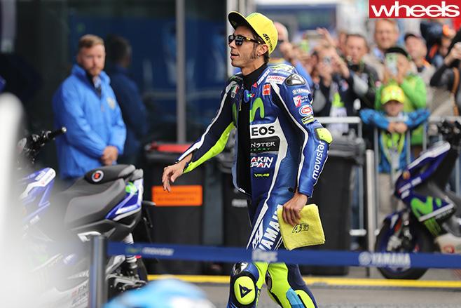 Valentino -Rossi -Yamaha -walking