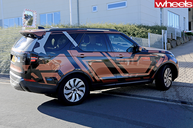 Land -Rover -Discovery -5-camouflaged -rear -side