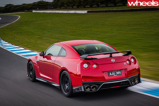 2017-Nissan -GT-R-driving -around -track