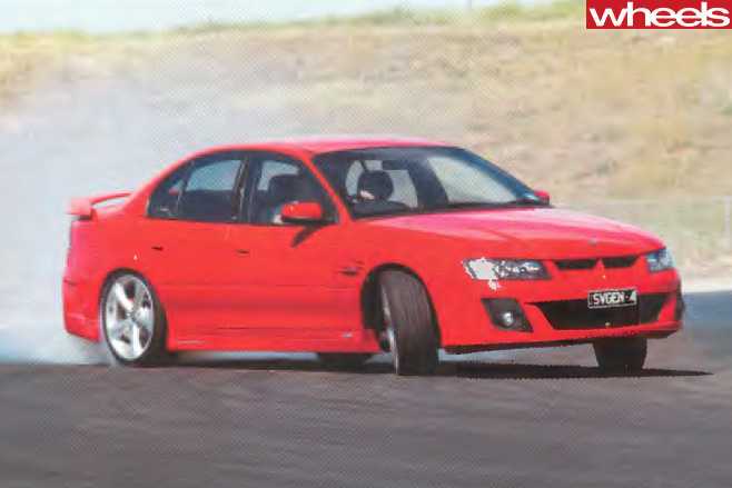 2004-HSV-VZ-Commodore -drifting