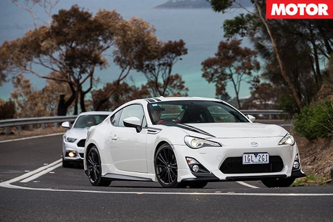 Toyota 86 v mustang