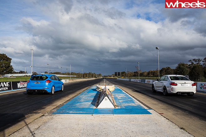 BMW-M2-vs -Ford -Focus -RS-prepare -to -drag -race