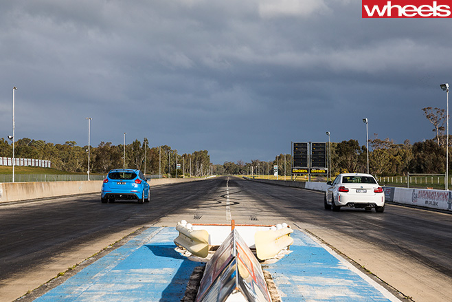 BMW-M2-vs -Ford -Focus -RS-drag -race -at -strip