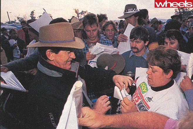 Bathurst 1992 Nissan -Skyline -GT-R-crowd
