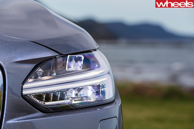 2017-Volvo -S90-headlight