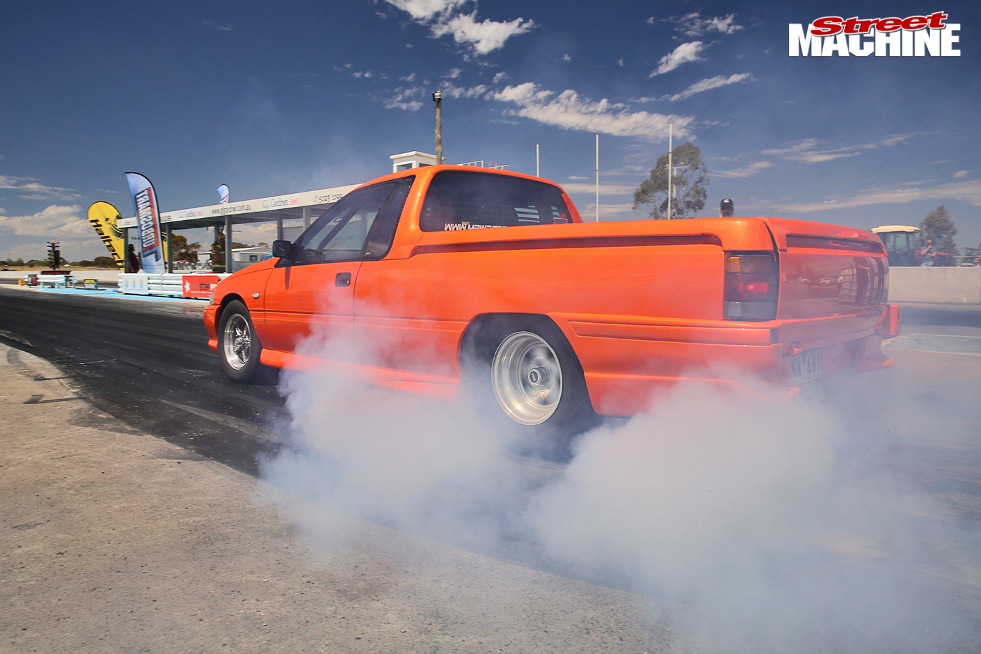 Holden -ute -drag -challenge -burnout -2