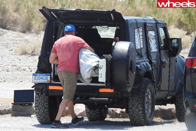 2017-Jeep -Wrangler -ute -loading -tray