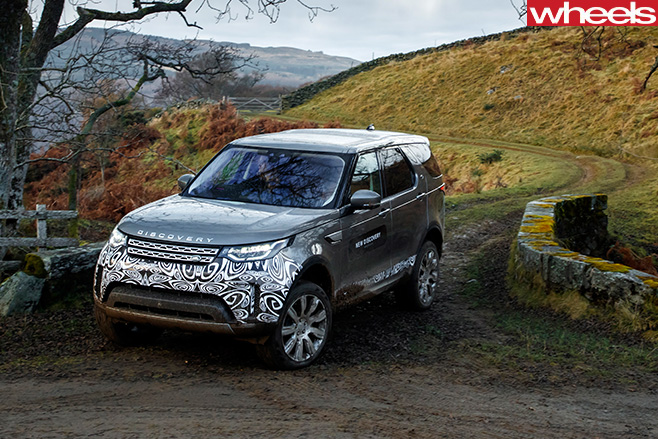 2017-Land -Rover -Discovery -prototype -driving