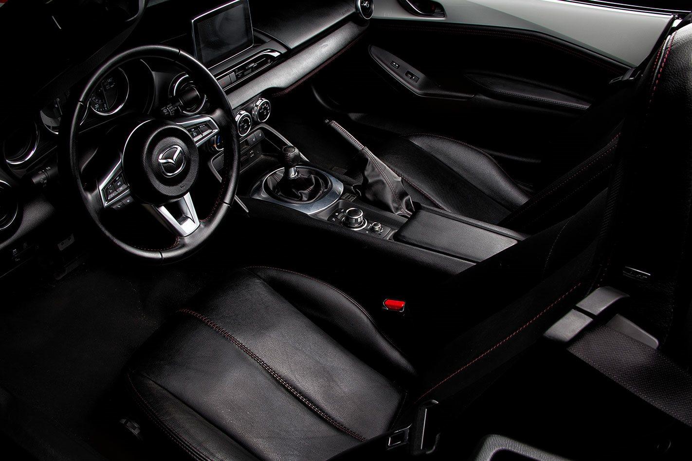 V8-Mazda-MX-5-interior.jpg