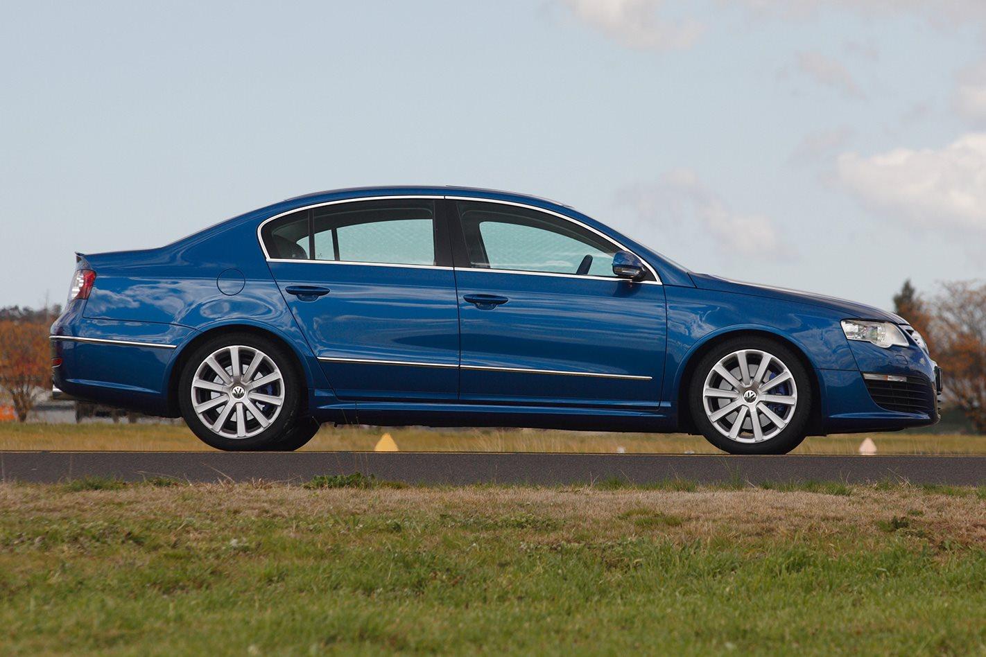 2008-Volkswagen-Passat-R36-side.jpg