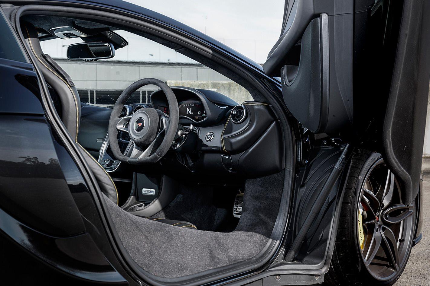 2018-McLaren-540C cabin.jpg
