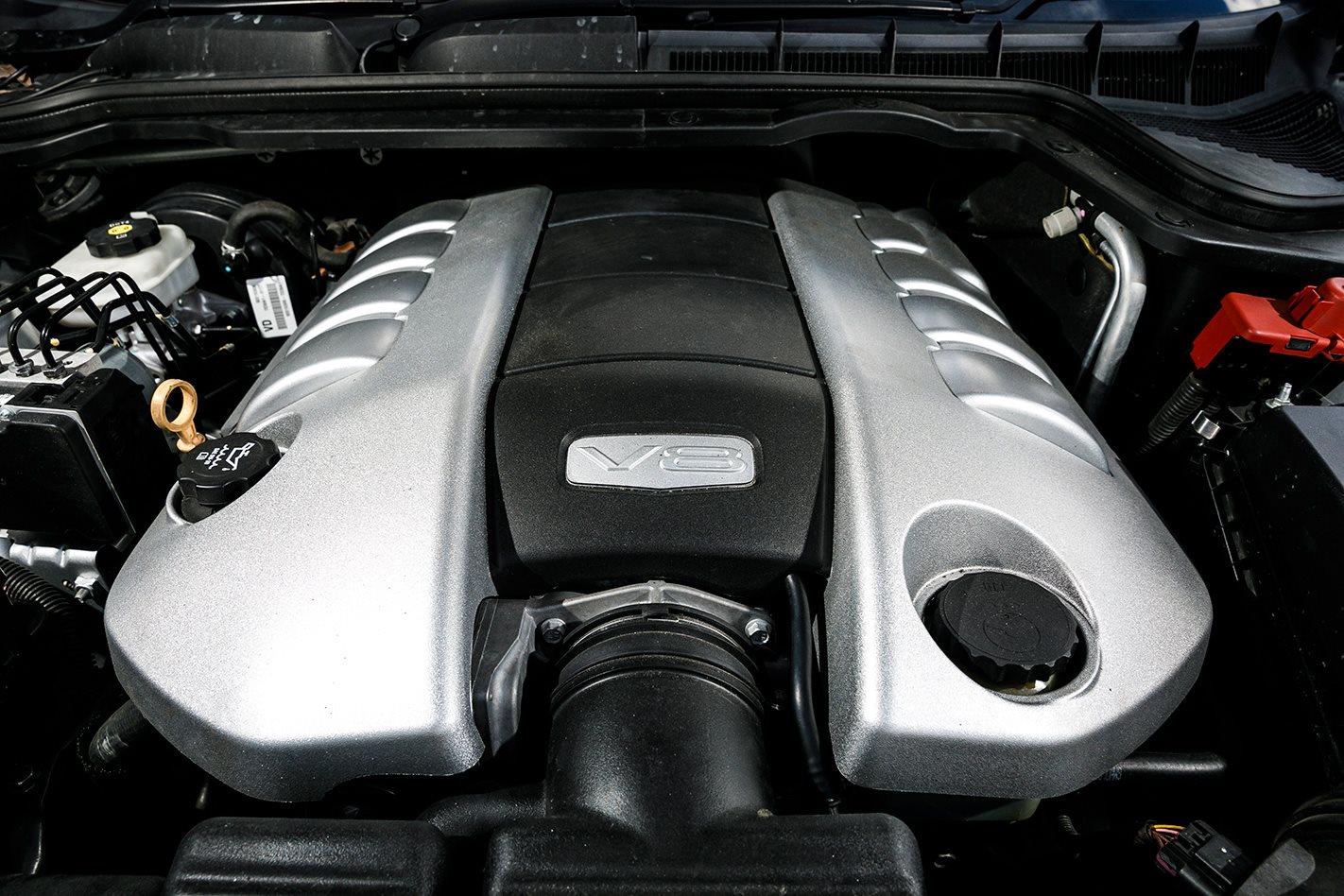 Holden VE SS-V Commodore engine.jpg